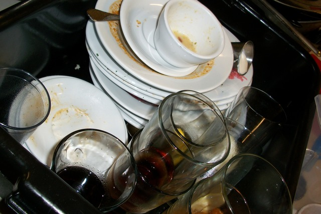 špinavé nádobí ve dřezu