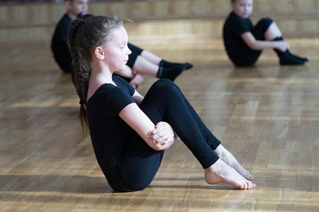 malá tanečnice při tréninku