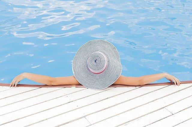 s kloboukem u bazénu