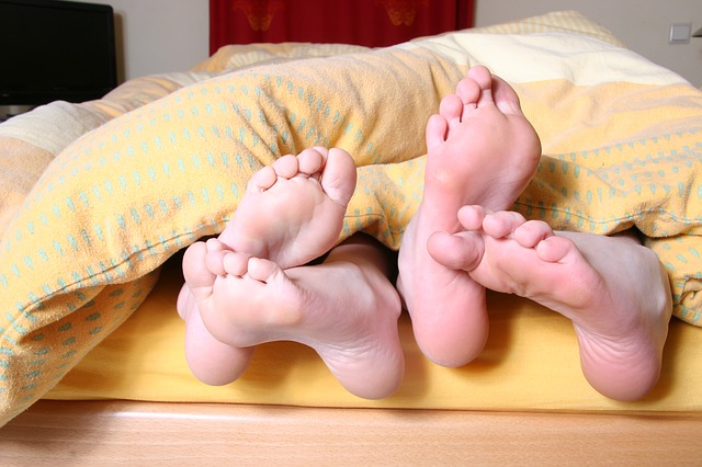 nohy pod peřinou