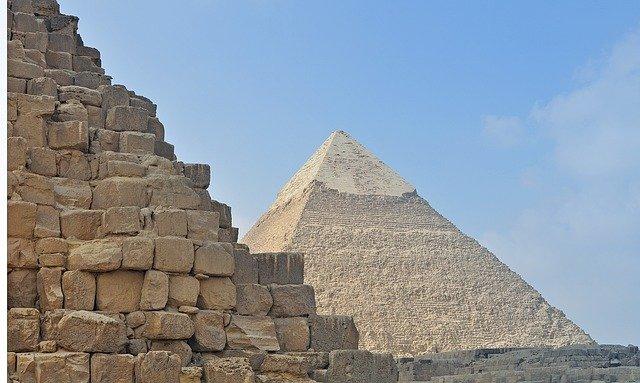 pyramida z kamenů