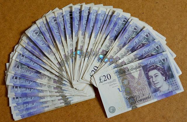 vějíř modrých britských bankovek