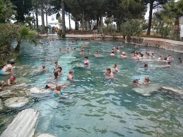 koupající se lidé v termálním bazénu