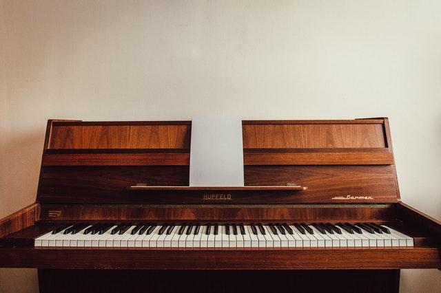 otevřené piano.jpg