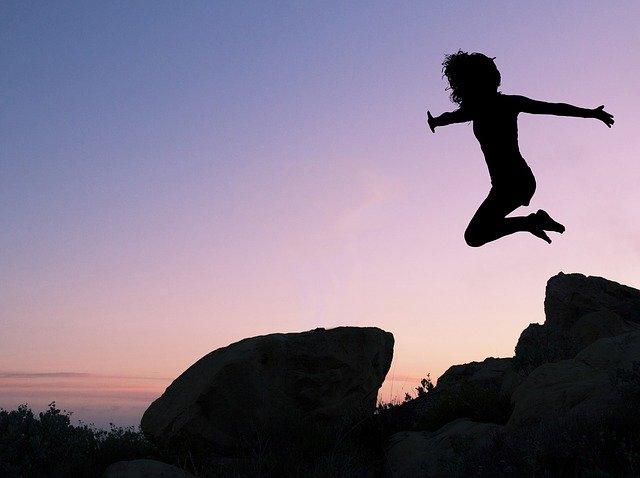 dívka při výskoku