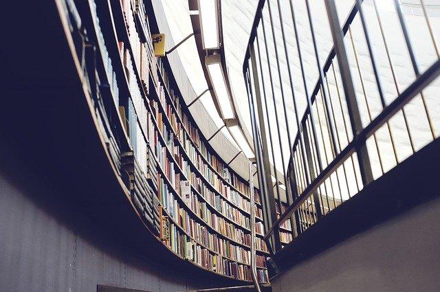 zábradlí v knihovně
