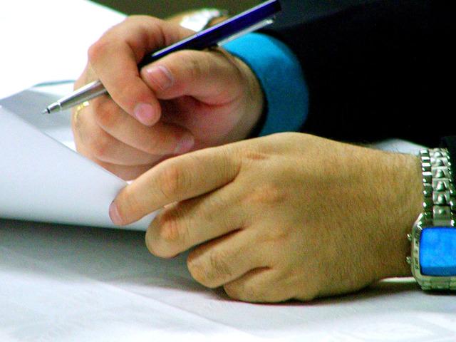 ruce byznysmena chystající se podepsat smlouvu